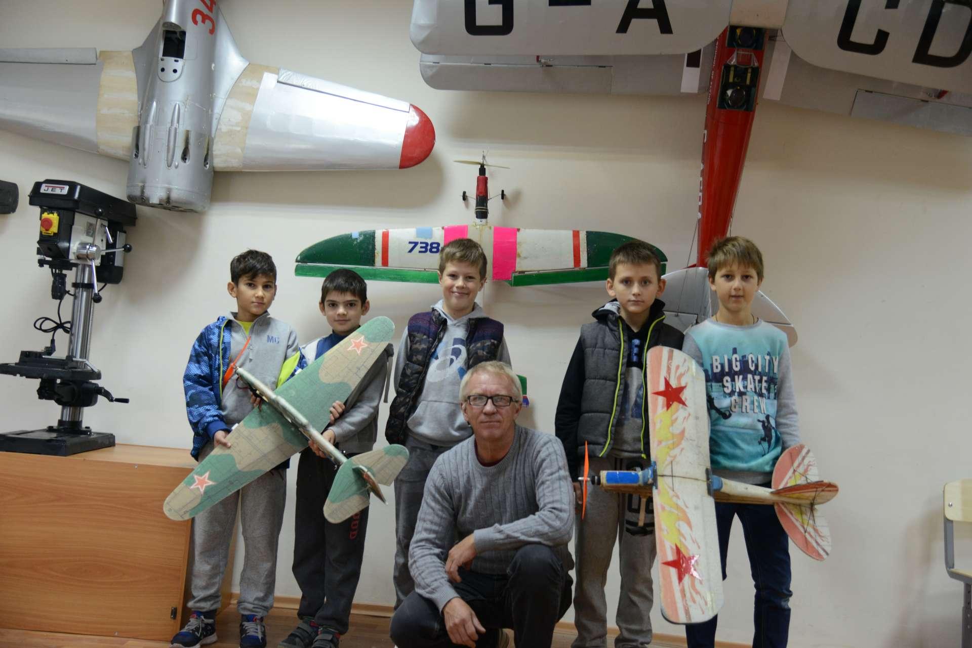 Кружок   по авиамодельному  спорту  и ракетному моделированию.